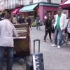 【神業】路上のピアノが感動を呼び起こす拍手喝采の奇跡に【ピアノ二重奏の神業】