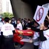 日本偶像团体AKB48赴华遭中国爱国人士抵制 粉丝抢夺国旗!真相在这里!| 写过月亮
